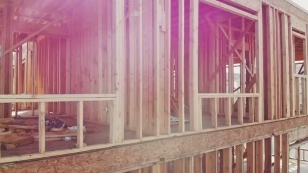 Dřevo dřevo zásobníku na staveništi k odhalení na západ slunce v nové čtvrti
