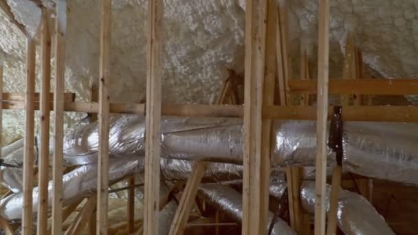 Installation der Heizung auf dem Dach des Rohrsystems der Heizung closeup
