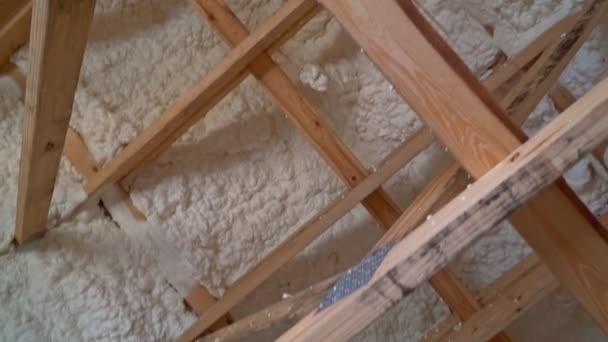 Součástí konstrukce stropu izolační pěny