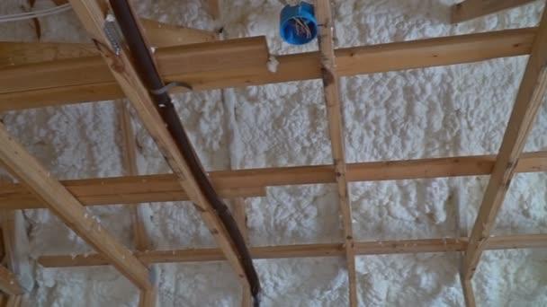 Interiér domu rámec procesu výstavby termal izolace instalace v podkroví, střecha