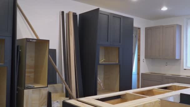 Instalace kuchyně nainstaluje kuchyňské linky. Design interiéru stavební kuchyň