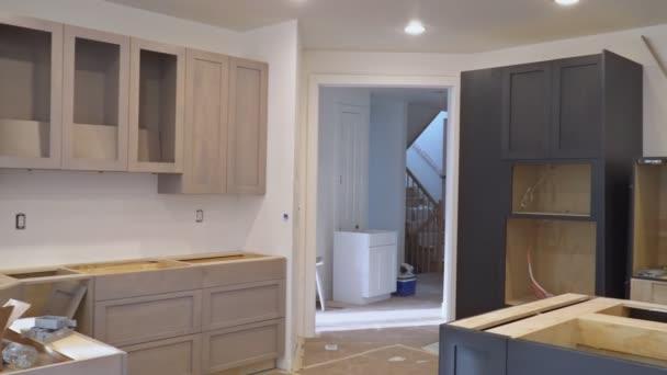 Skříně na míru kuchyně v různých fázích instalace základu pro kuchyňské skříňky