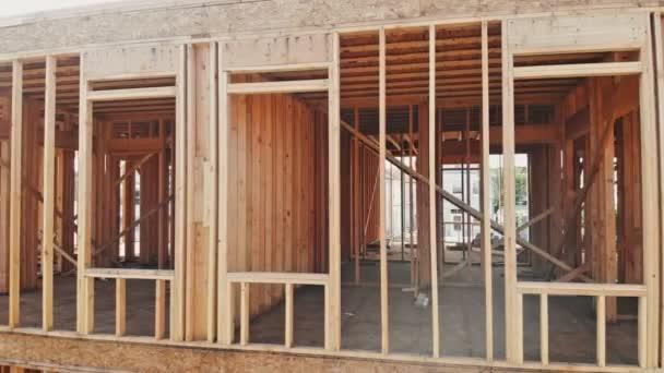 Neubau eines Hauses gerahmt Neubau eines Hauses, das den Boden aufbaut