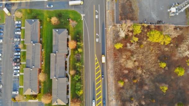 Gyönyörű, külvárosi, pompás házak és parkosított yard, légifelvételek. Amerikai Egyesült Államok