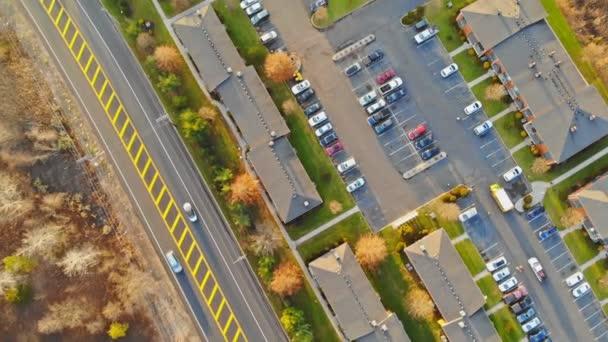 Légi felvétel repülés során az Usa város távlati a tetőn a házak, szép kertek, pázsit, utak-nyár.