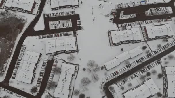 Landschaft von der Höhe der Stadtstraße mit Häusern schneebedeckte Gebäude, ein bewölkter grauer Himmel.