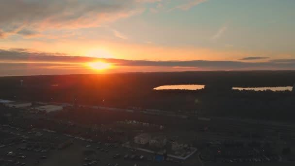 A légi felvétel a lakóházak amerikai környéken, külvárosában drone felvétel, naplemente, felülről.