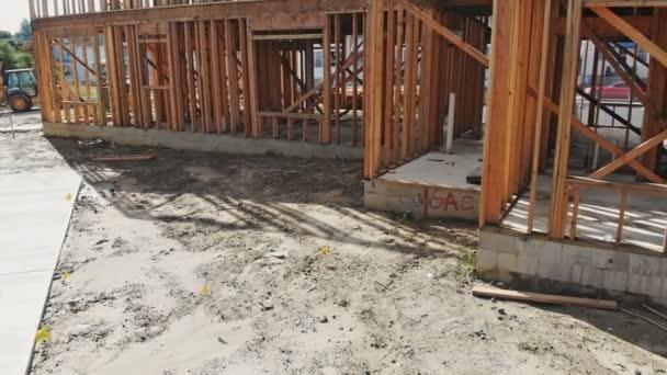 Fachwerkbalken des neuen Hauses im Bau