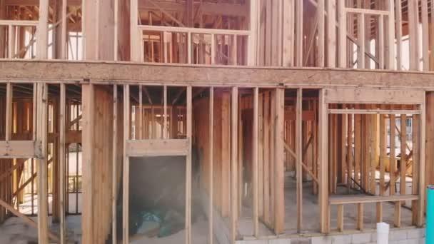 Bau von neuen Eigenheimen im Außenbereich Holzbalkenkonstruktion