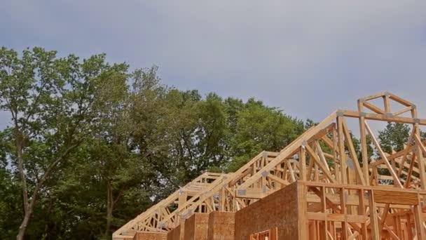 Stavba rámu dřevěné rámy dřevěných domů zblízka nová tyčka postavená doma ve výstavbě pod