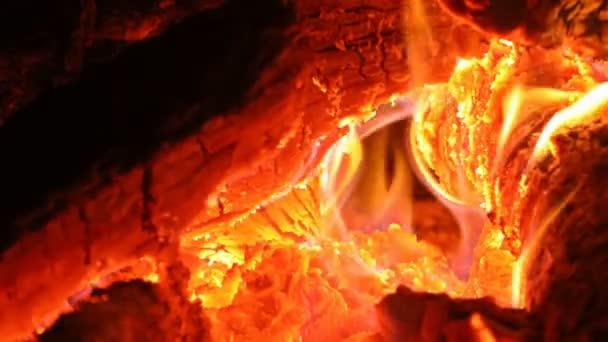 Plameny ohně a jisker na černém, s plamenný ohnivý plamen