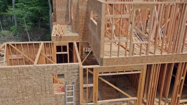Holzverkleidungen auf der Baustelle.