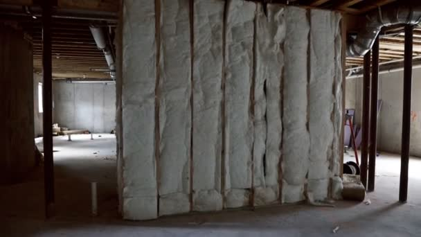 Keller mit Wärmedämmung der Heizungsanlage auf der Ansicht Bau Hausrahmen