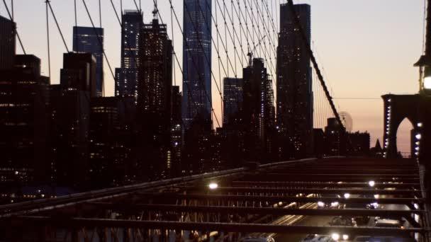 Vzdušný výhled na Manhattan s Brooklynským mostem rozostřený noční výhled Panorama siluetu, abstraktní pozadí