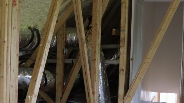 Verlegung von Heizungsrohren, Ventile schließen sich auf dem Dach der Hausheizung