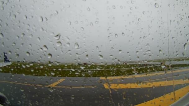 boston - sep. 06, 2017: das flugzeug erwartet den start auf dem internationalen flughafen boston logan während der regen massachusetts, usa.