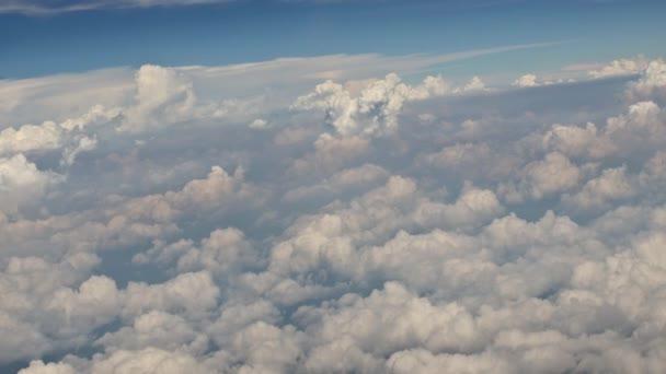 Krásná s bílými mraky modrá obloha moře pohled z letadla