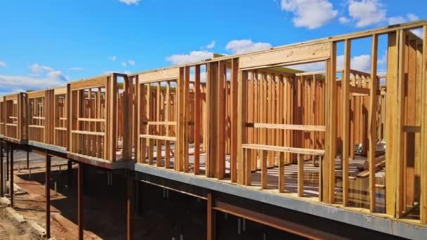 Blick auf neue Baubalken unter strahlend blauem Himmel mit Sonnenlicht