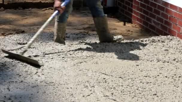 Stavbaři stavebních dělníků v procesu formování základových betonáren s míchacím vozíkem