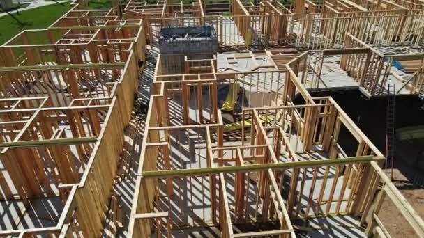 Neue Stock gebaut Haus im Bau unter Rahmen Struktur Holzrahmen von Holzhäusern zu Hause.