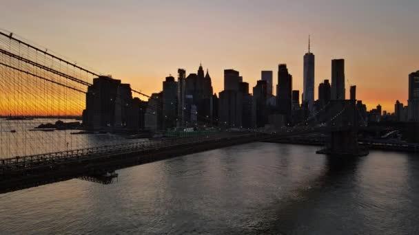 Dech beroucí výhled na Brooklynský most od večera Manhattan panorama města New York City v centru města se světly viděnými při západu slunce USA.