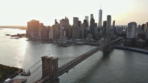 Úžasný výhled na Brooklynský most a Manhattan nad East River při západu slunce, New York USA