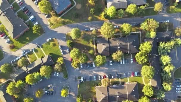 Scenic szezonális táj felülről légi kilátás egy kisváros vidéken USA