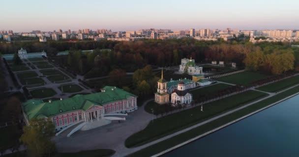 Letecký pohled na park a usedlaje Kuskovo. Drone video komplexu parku a jezera a zámeček Kuskovo v době západu slunce. Moskva, Rusko.