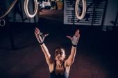 Vysoký úhel výstřelu žena chystá zacvičit na kroužky