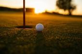 Shot golfový míček na prázdné kurzu