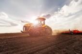 Příprava půdy s osivem pro příští rok.