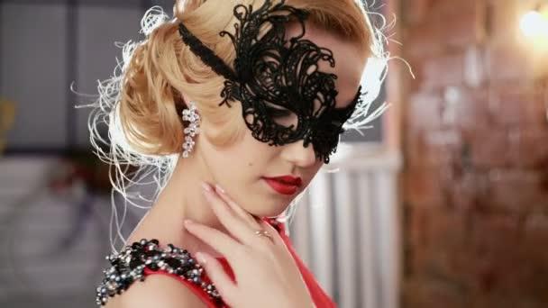 Mujer vestido rojo mascara