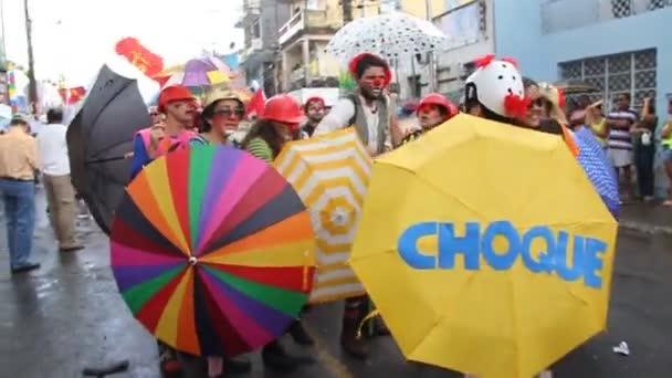 salvador, bahia / brazilština - 2. července 2013: klauni protestují s deštníkem během strany za nezávislost Bahia ve městě Salvador.