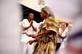 Salvador, bahia / brazil - 2020. február 2.: az orixa yemanja, egy gyertyatartó entitás hívei és csodálói, a rio Vermelho strandon, Salvador városában, egy vallási ünnepség során.