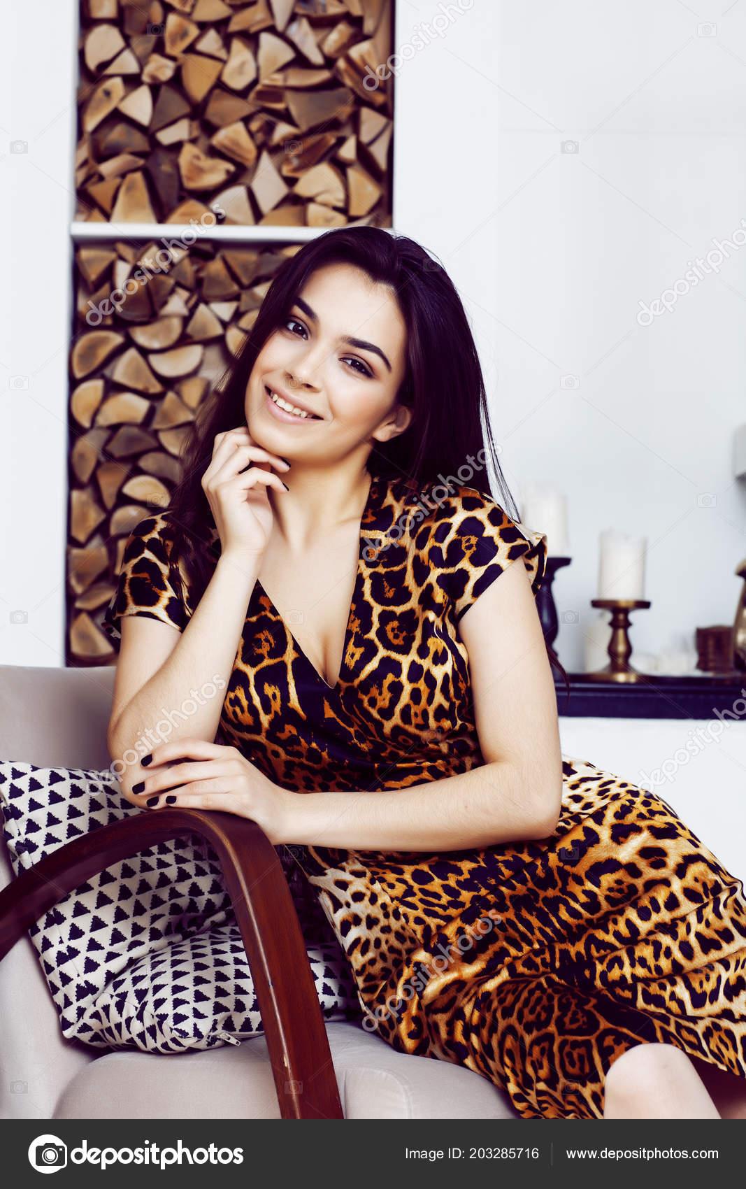 165ed479c Mujer muy elegante de moda vestido de leopardo de impresión en piscina —  Fotos de Stock