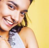 Fotografie Lifestyle-Menschen-Konzept. junge hübsche lächelnden Inderin mit