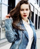 mladá bruneta obchodních žena vystupují proti moderní sestavení