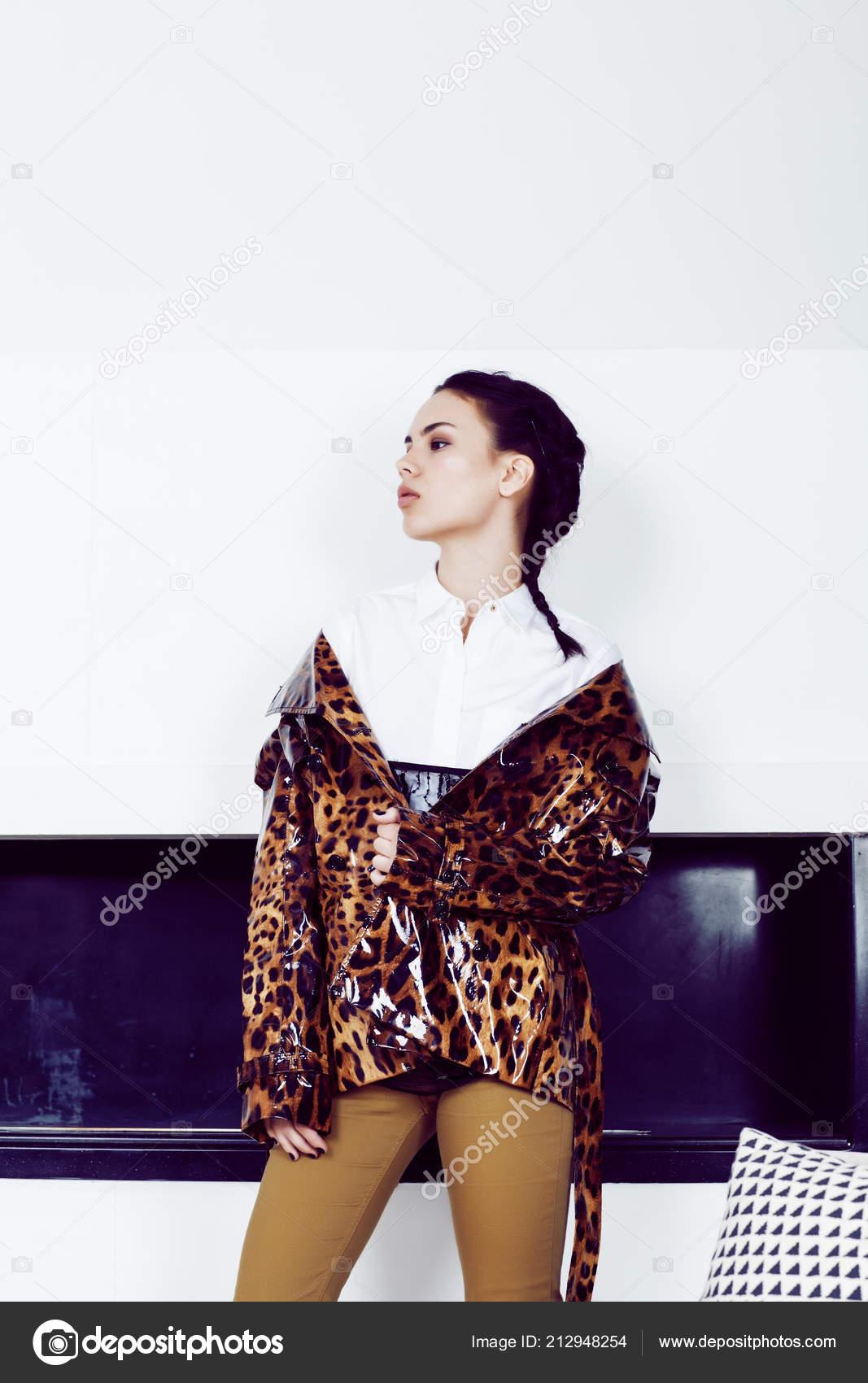 4a7af94fe Mujer muy elegante de moda vestido de leopardo de impresión en piscina —  Foto de Stock