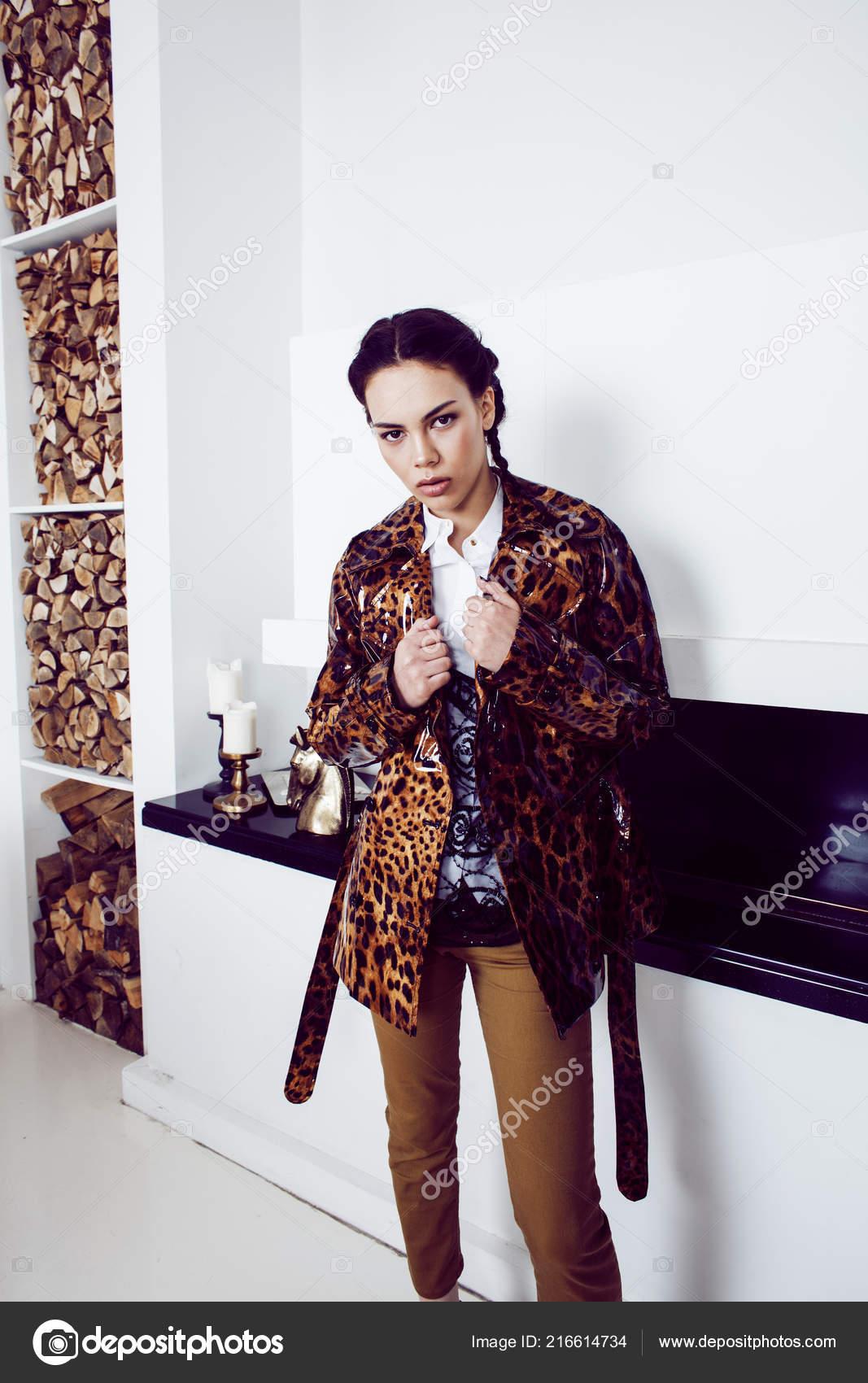8db6590fd Bastante elegante mujer en vestido de moda con estampado de leopardo en  lujo ricos interiores