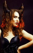 světlé tajemná žena s roh vlasy, oslava halloween
