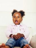 kleines süßes afrikanisches amerikanisches Mädchen spielt mit Tierspielzeug bei ho