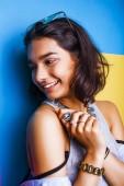 Lifestyle People Konzept. junge hübsche lächelnde indische Mädchen mit langen Nägeln tragen viele Schmuckringe, asiatische Sommer glücklich cool close up Copyspace