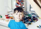 malý roztomilý preschooler chlapec hraje konstruktor hračky na doma šťastný úsměv, životní styl dětí koncept zblízka