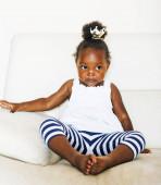 kleine süße afrikanisch-amerikanische Mädchen zu Hause spielen, hübsche entzückende Prinzessin im Inneren glücklich lächelnd, Lifestyle-People-Konzept