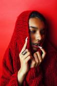 Fotografie junge hübsche indische Mädchen in rotem Pullover posiert emotional, Mode Hipster Teenager, Lifestyle-Menschen Konzept in Nahaufnahme