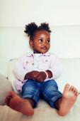 kleines süßes afrikanisch-amerikanisches Mädchen, das zu Hause mit Spielzeug spielt, hübsche entzückende Prinzessin im Interieur glücklich lächelnd, Lifestyle-People-Konzept