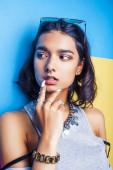 Lifestyle People Konzept. junge hübsche lächelnde indische Mädchen mit langen Nägeln tragen viele Schmuckringe, asiatische Sommer glücklich cool aus nächster Nähe