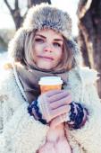 mladý pěkný dospívající hipster dívka venkovní v zimě snowpark s zábavou pití kávy, zahřívání šťastný úsměv, životní styl lidí koncept