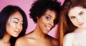 Különböző nemzetiségű lányok, különböző bőrrel, hajjal. Ázsiai, skandináv, afro-amerikai vidám érzelmi pózol rózsaszín háttér, nő nap ünneplés, életmód emberek koncepció