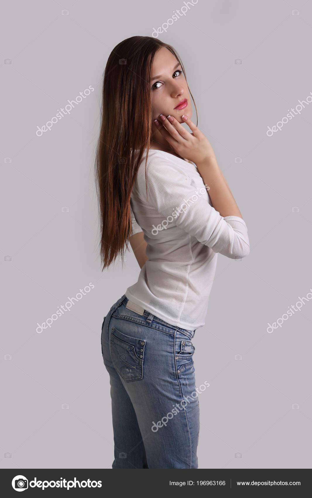 Молодую девушку в джинсах #6